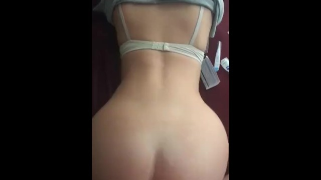 GF with Nice Ass Fuck doggystyle in the Bed and Recives Cum on Ass fucked – xnxx