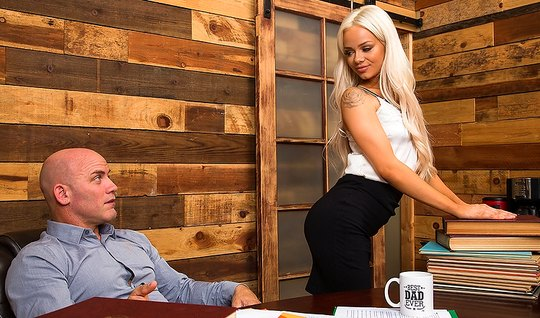The new boss is testing the blonde secretary on the penis – youjiz